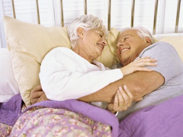 Incontinência Sexo também ajuda a diminuir a incontinência urinária, comum em idosos.