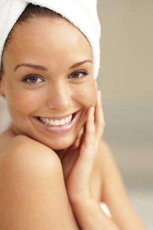 Pele bonita Em vez de gastar com produtos para maquiagem, investir em uma noite com seu parceiro pode causar o mesmo efeito e deixar a pele mais bonita. O hormônio DHEA (dehidroepiandrosterona), liberado durante o sexo, repara os tecidos e mantém a pele mais jovem.